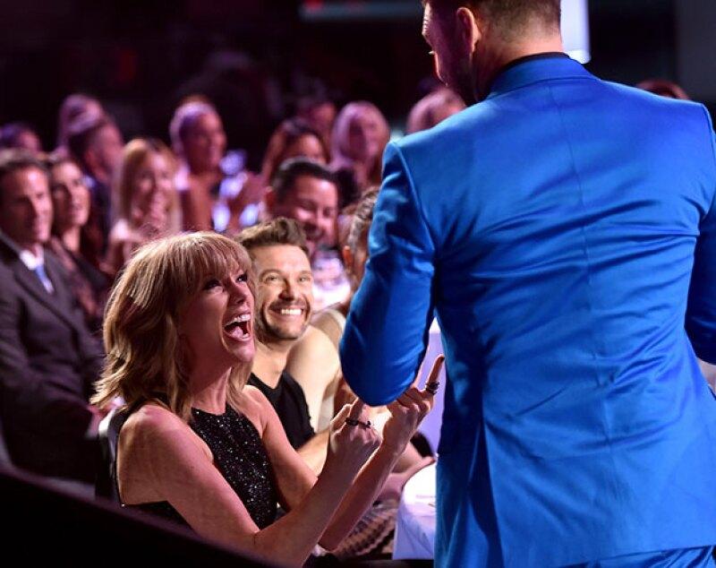"""Durante los iHeartRadio Music Awards, Taylor reaccionó de una forma completamente inesperada después de que el famoso cantante le hiciera una broma al estilo """"Kanye West""""."""