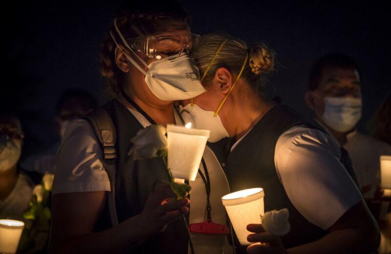 Personal médico da el último adiós a enfermero fallecido por problemas relacionados con el Covid-19