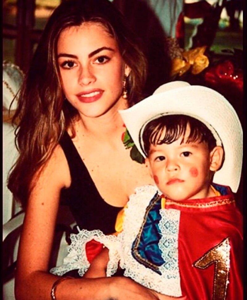Sfía es una mamá muy guapa, Manolo tiene ya 23 años.