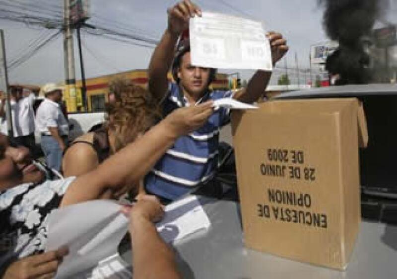 La insistencia de Zelaya por realizar una consulta para reelegirse le valió la expulsión de Honduras. (Foto: Reuters)
