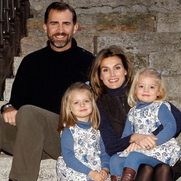 Los futuros reyes y sus hijas son una familia de guapos, pero Felipe roba las miradas.