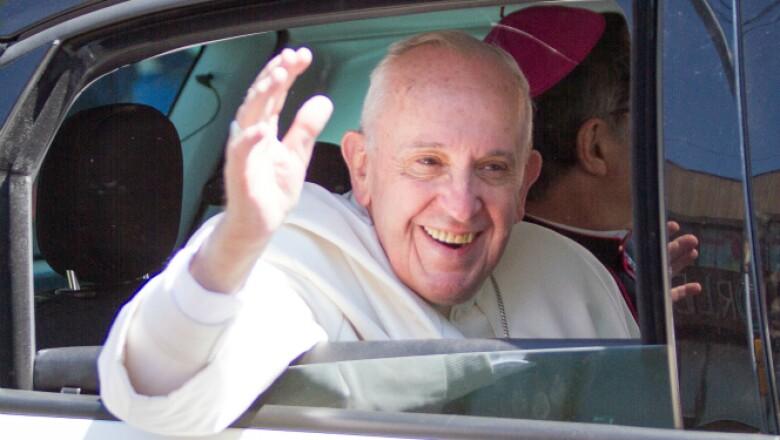 Para regresar a la Nunciatura, Francisco cambió el papamóvil por un Fiat 500L