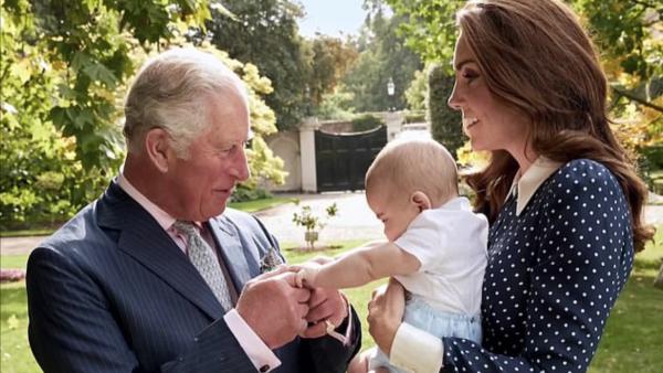 El príncipe Carlos es un abuelo cariñoso