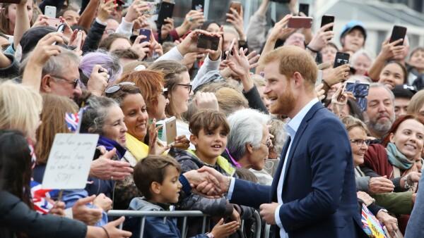 El príncipe Harry da emotivas palabras a un niño durante su gira.