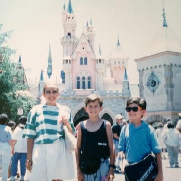 El actor Alan Estrada visitó Disney junto a su mamá y su hermano hace algunos ayeres.