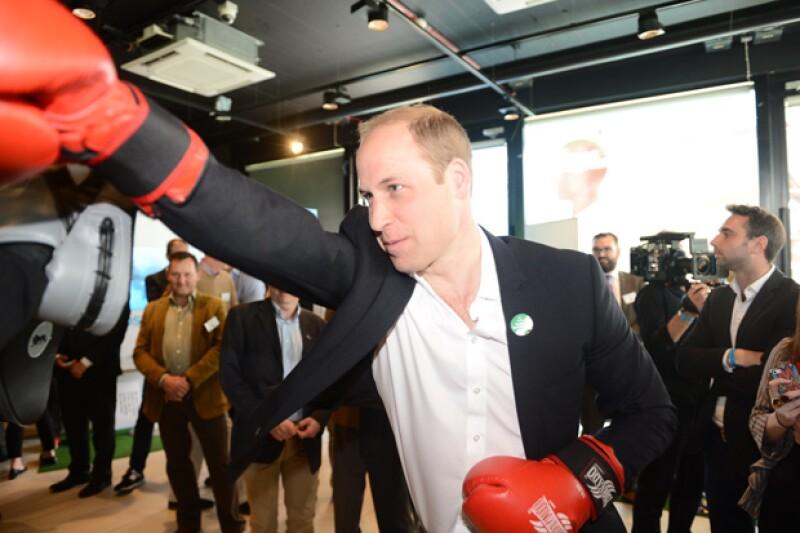 El príncipe William también mostró sus habilidades en el box.