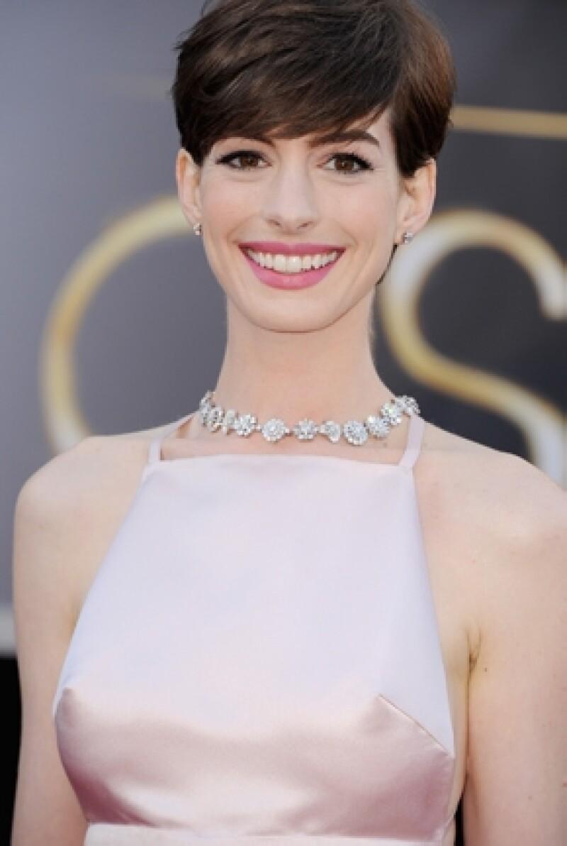 La protagonista de `Los Miserables´ desfiló con una gran sonrisa por la alfombra roja de los premios de la Academia, pero olvidó un pequeño detalle. Entérate aquí.