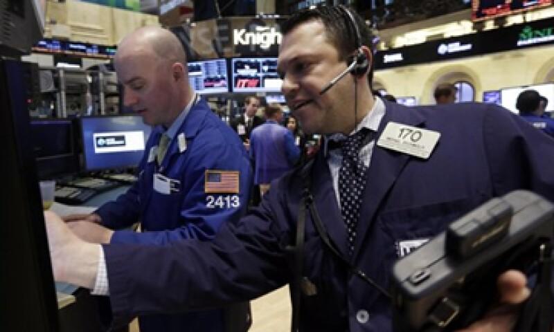 Las acciones estadounidenses cerraron a la baja después de que el PIB creció más de lo esperado.   (Foto: Getty Images)