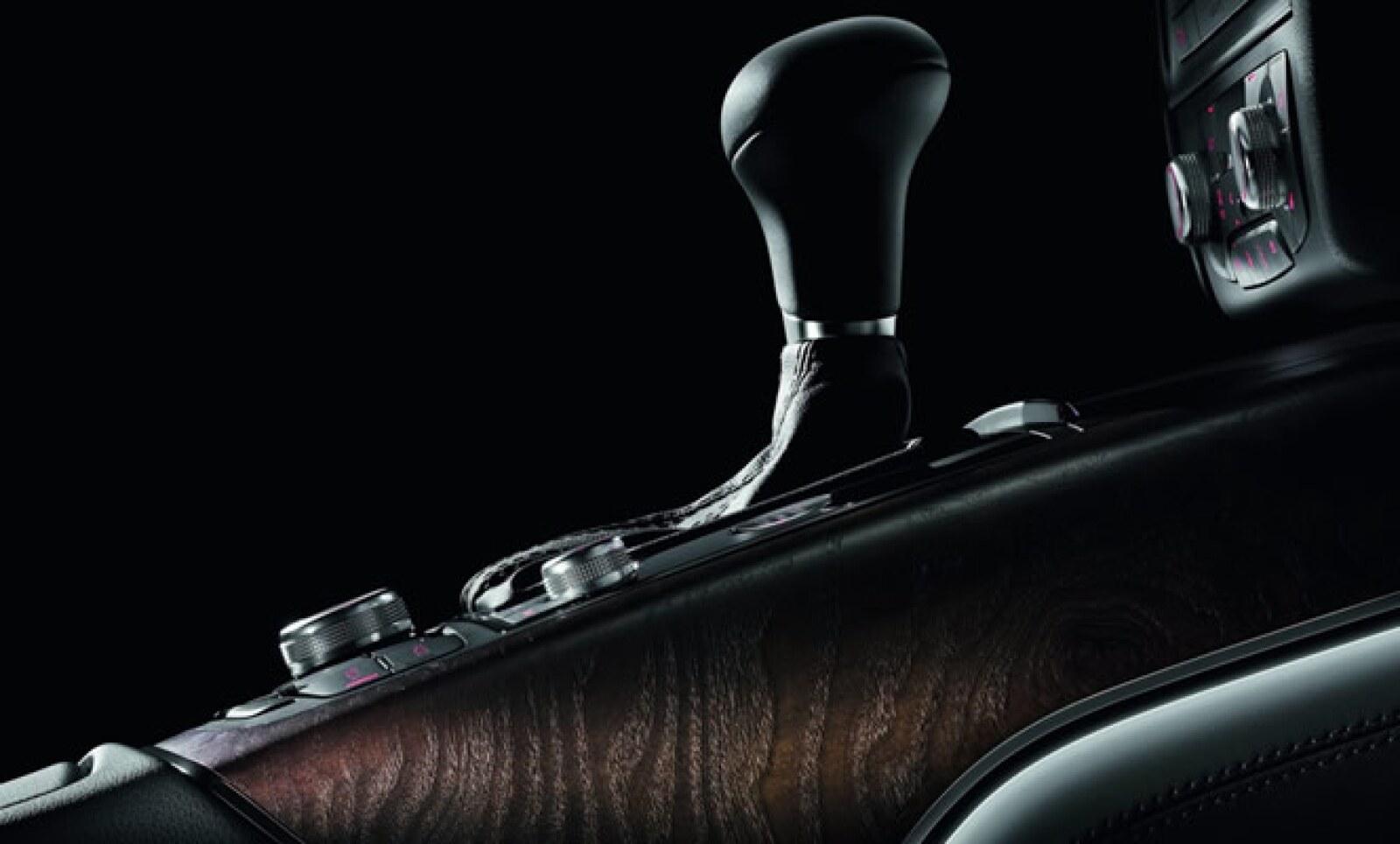 El modelo estará disponible en tres versiones: básica, con un precio de 73,100 dólares; de lujo, con un costo de 75,900 dólares y limitada, con precio base de 78,700 dólares.