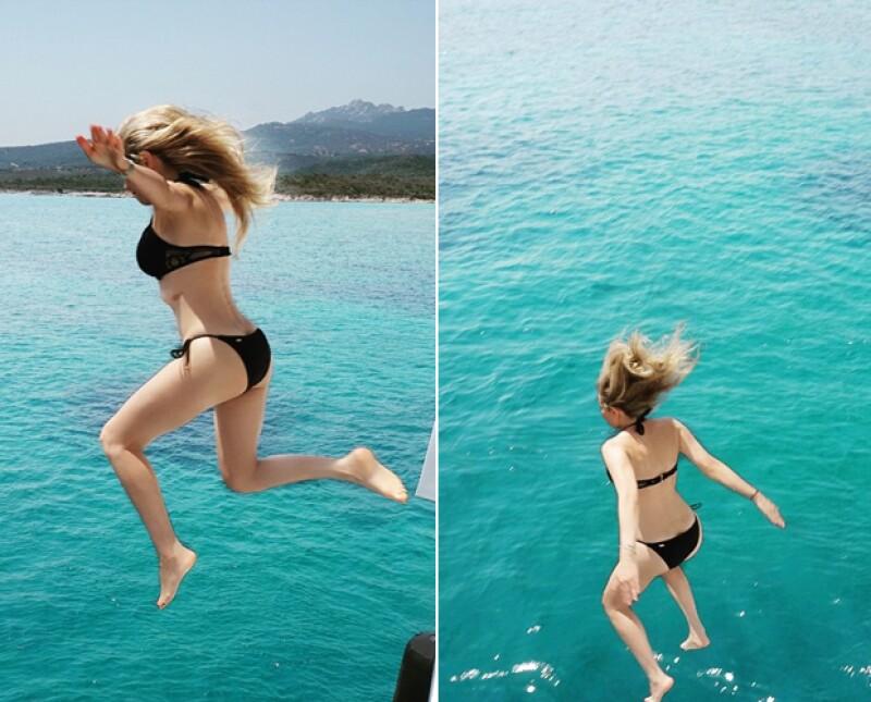 Finalmente Thalía decide saltar, luciendo su tonificada figura.