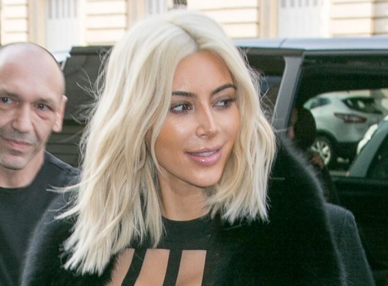Sin querer, la socialité mostró las técnicas de maquillaje que utiliza para su afinar su rostro, al caminar por París.