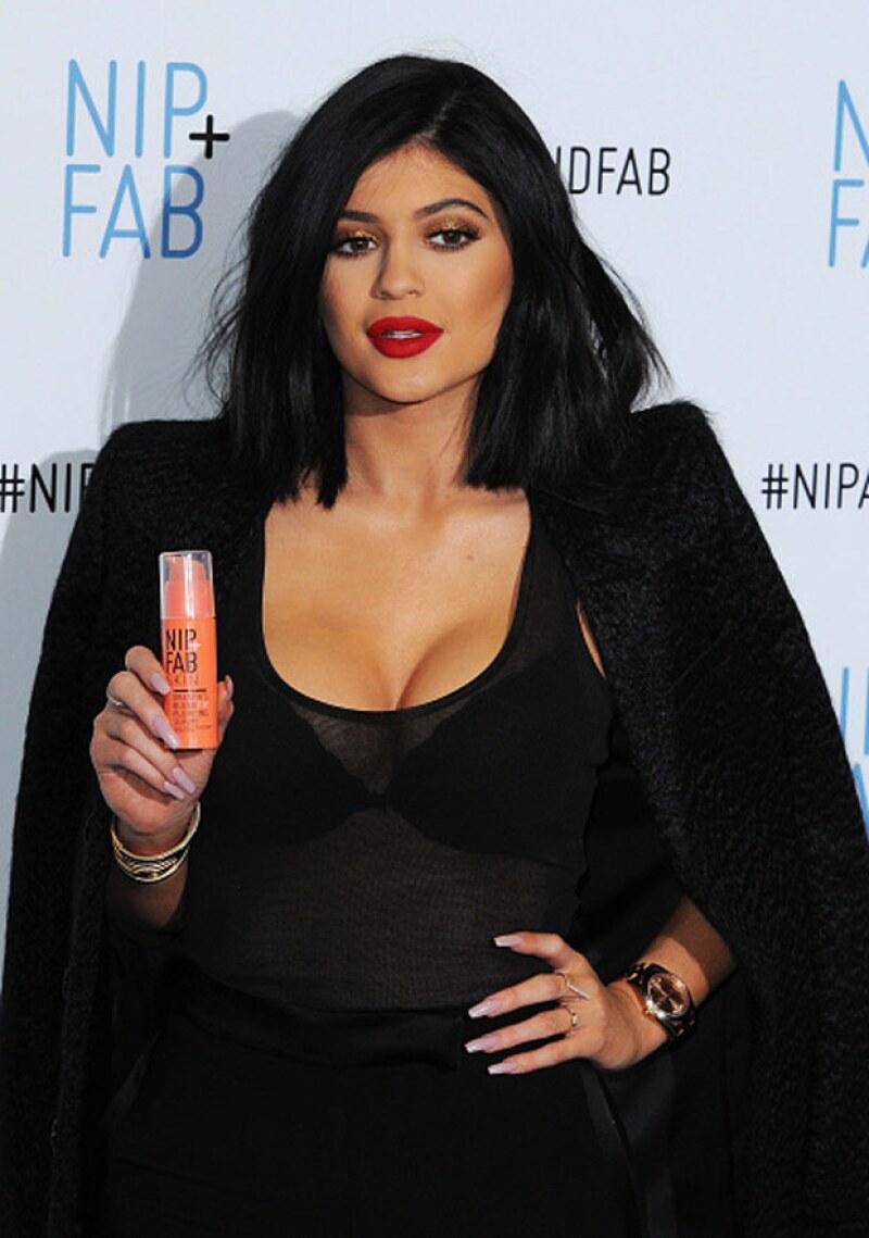 La socialité tuvo un ligeramente evidente accidente de maquillaje en su escote durante su paso por el red carpet en Londres.