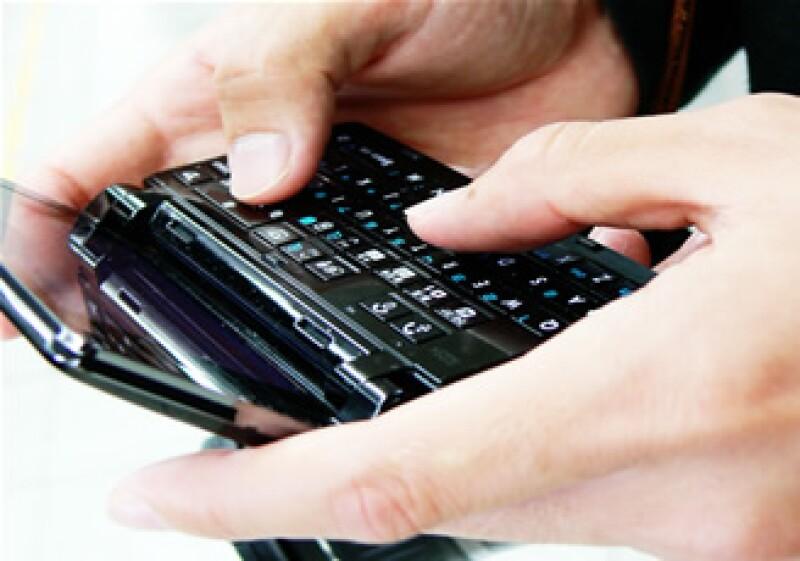 Con el nuevo modelo de corresponsales bancarios el usuario puede hacer transferencias bancarias con su teléfono celular. (Foto: Cortesía SXC)