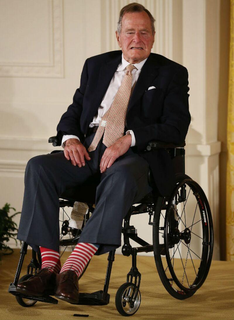 El ex presidente de Estados Unidos fue trasladado el martes en ambulancia a un hospital en Houston, donde llegó con problemas respiratorios. Hoy sigue bajo observación.