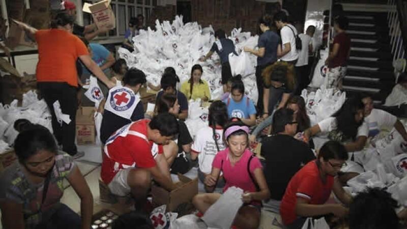 volutnarios empaquetan ayuda humanitaria