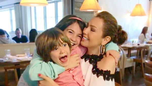 Thalía y sus hijos Matthew Alejandro y Sabrina Sakaë