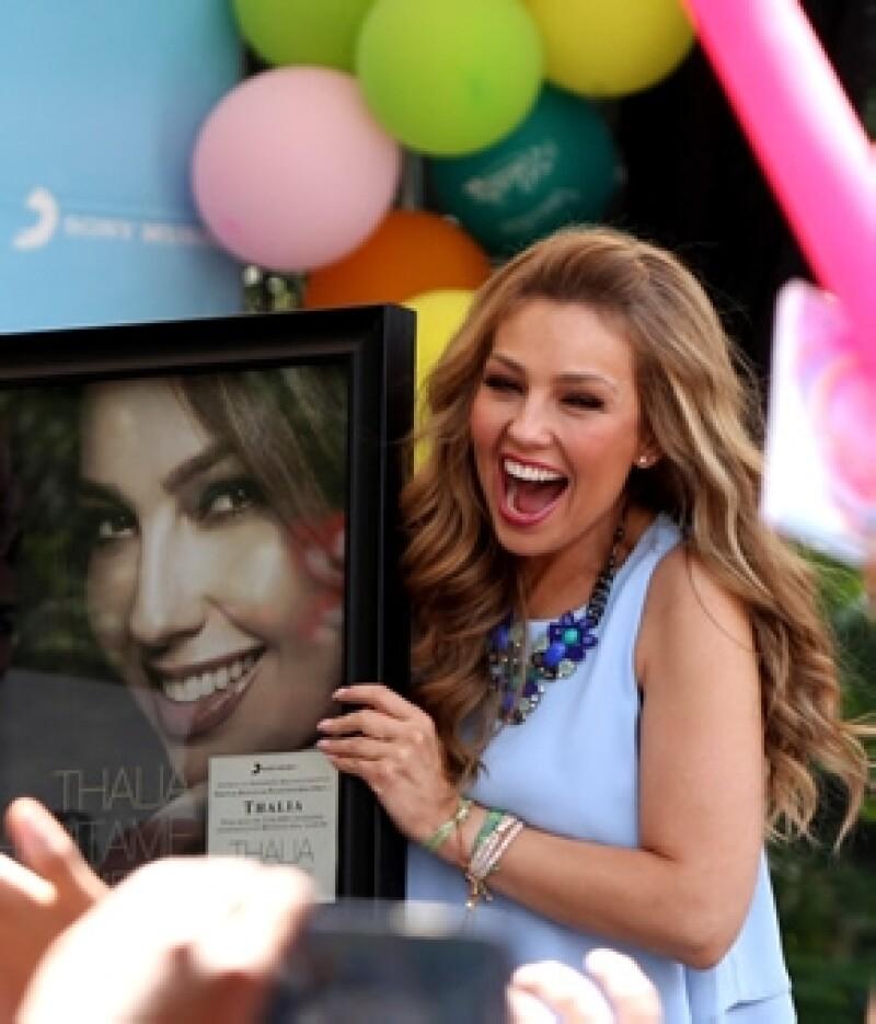 """La cantante mexicana considera que  deberían hablar al menos dos idiomas y el español sería lo más indicado, ella dice que su disco """"Viva Kids"""" podría ayudar a hacerlo."""