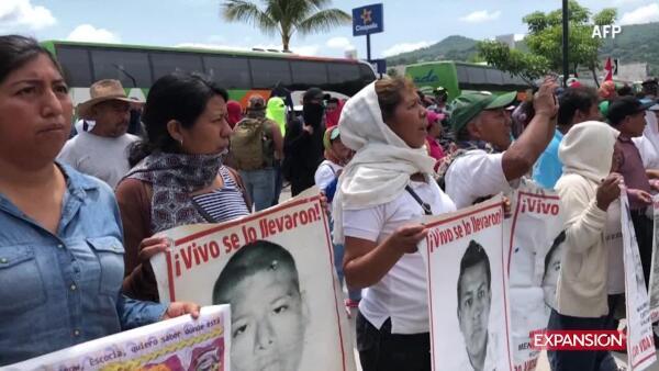 Manifestantes atacan cuartel militar en Iguala