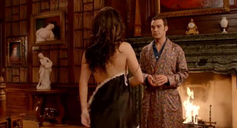 La actriz inglesa prueba por qué continua siendo toda una sexy symbol, al mostrarse en su nueva serie con muy poca ropa.