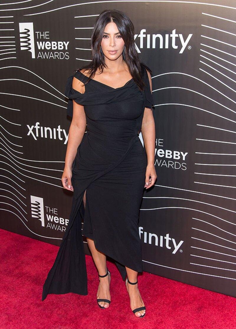 La estrella de reality prometió seguir tomándose selfies desnuda después de ser homenajeada anoche en los premios Webby por su habilidoso uso de las redes sociales.