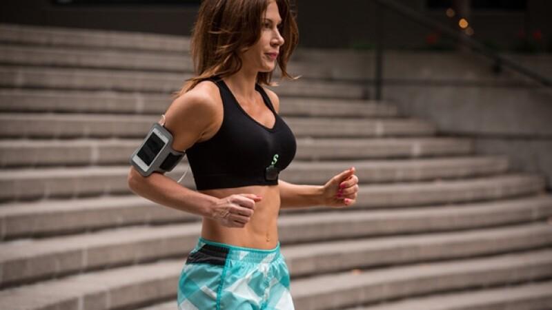 mujer usando el sensoria fitness bra