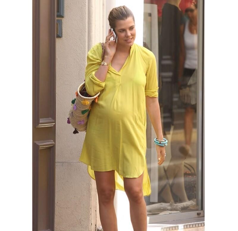 La hija de Carolina de Mónaco, quien pronto será mamá por primera vez, fue captada guapa y sonriente en St. Tropez.
