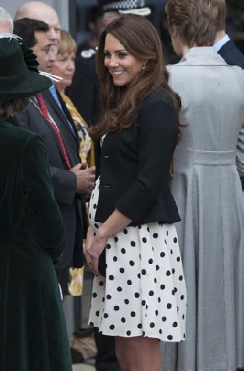 De la mano de la chef oficial del palacio de Buckingham, la duquesa de Cambridge está aprendiendo las recetas más tradicionales, sobre todo para satisfacer sus antojos por el embarazo.
