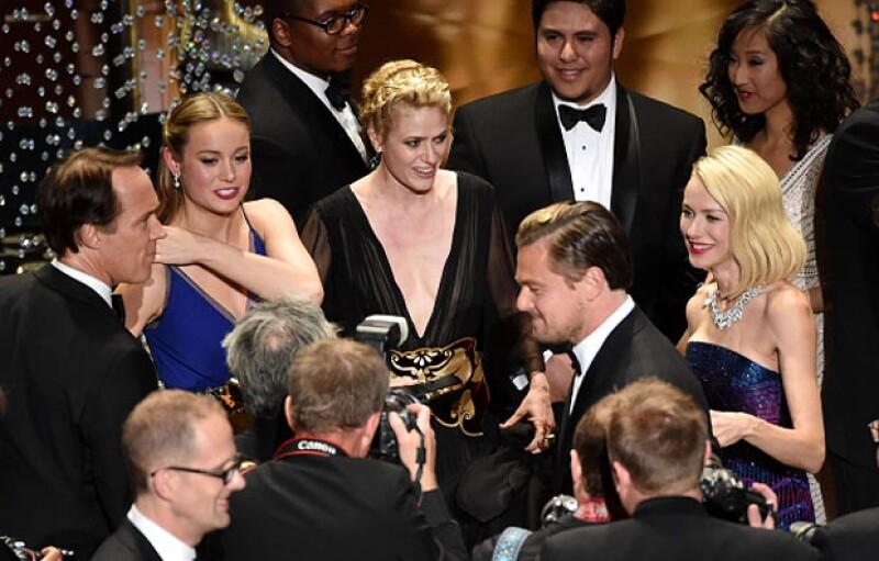 ¡La espera valió la pena! Y es que tras 22 años de su primera nominación, fue hasta ayer que Leonardo DiCaprio ganó un Oscar, un buen motivo para celebrar junto a sus amigos y compañeros.