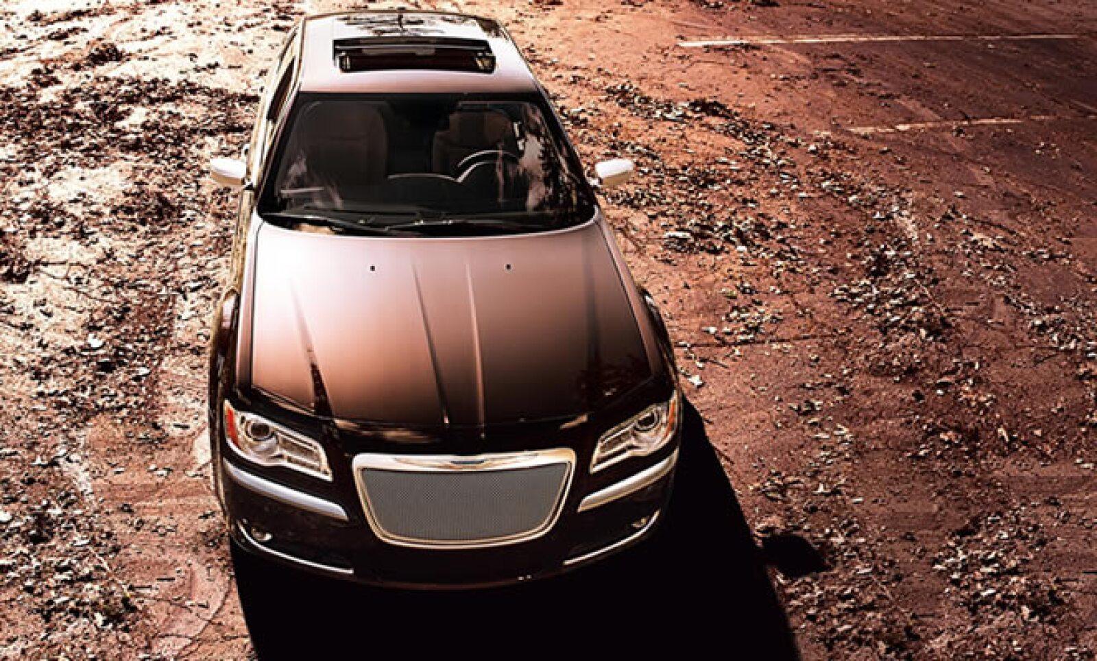 Chrysler presentó un adelanto de su nuevo modelo 300, Luxury Series, que combina un motor con más potencia con detalles de lujo al interior.