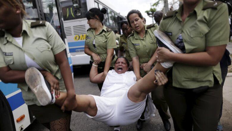 La marcha semanal del grupo disidente Las Damas de Blanco fue objeto de detenciones, horas antes de la llegada de Obama