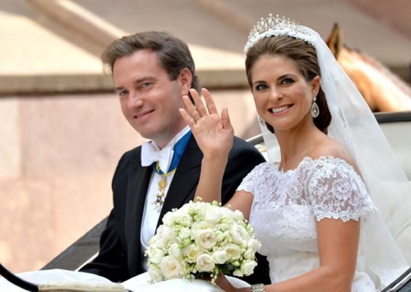 Los ahora esposos en el carruaje saludando a los suecos.