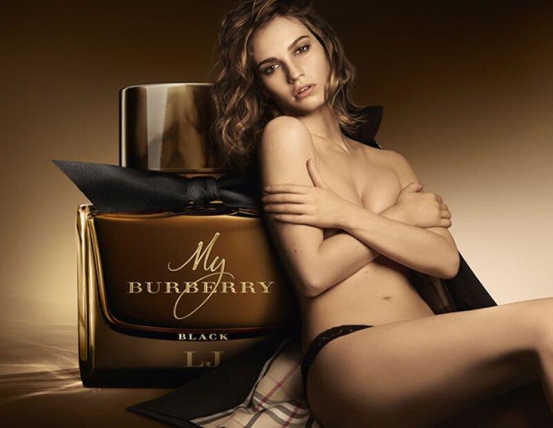 La actriz Lily James es la cara de la campaña y la fragancia fue inspirada por la trench negra de la firma inglesa. ¡Nos encanta!