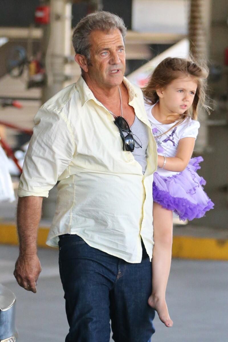 Mel Gibson paseando con su hija menor, Lucía.