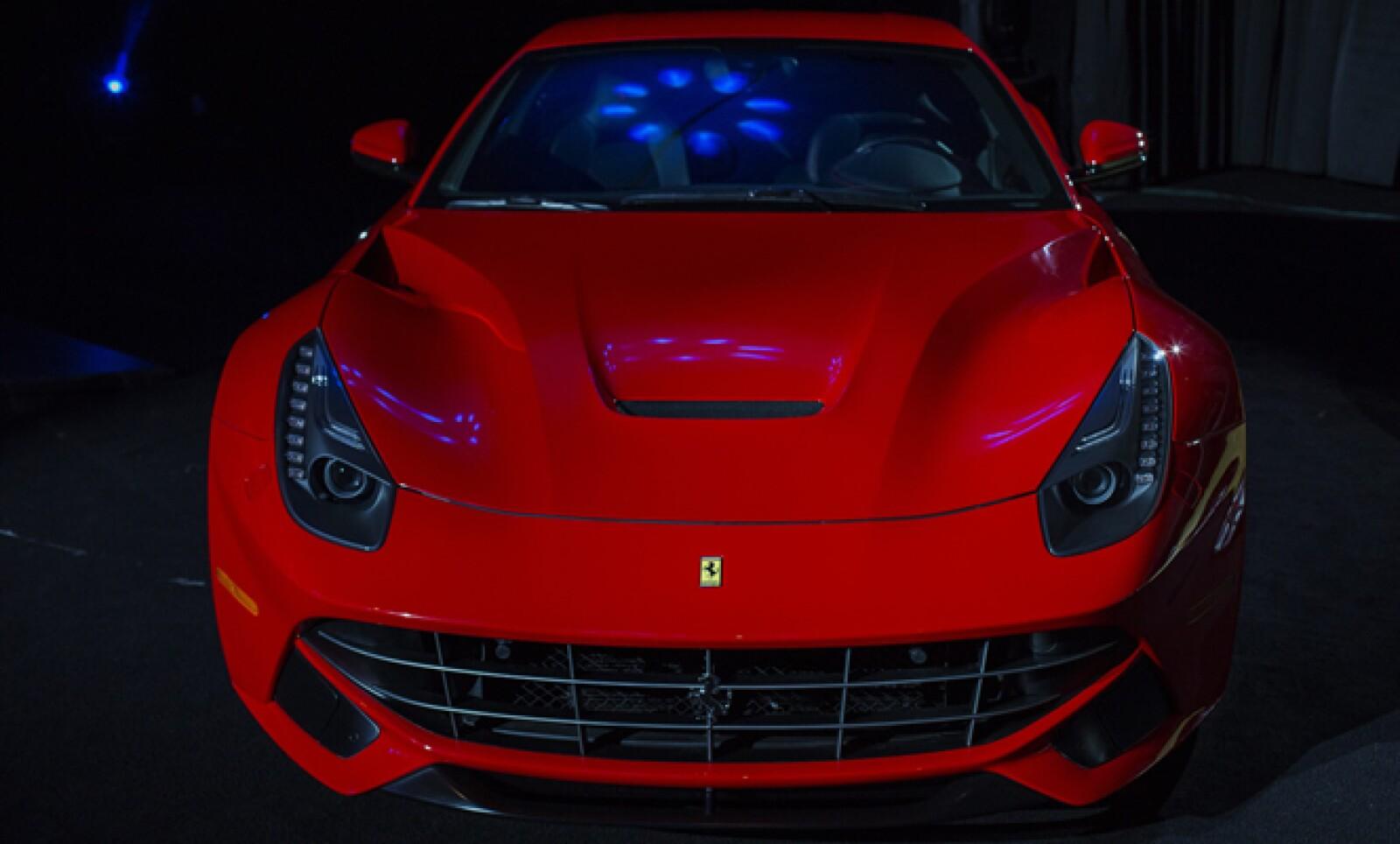 El Ferrari F12 Berlinetta se muestra durante el Salón Internacional del Automóvil de Nueva York, que se celebra del 29 de marzo al 7 de abril.