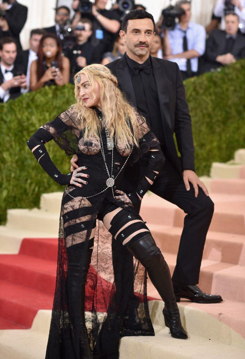 La cantante lució orgullosa su outfit en el evento, a donde llegó acompañada del diseñador de Balmain, Riccardo Tisci.