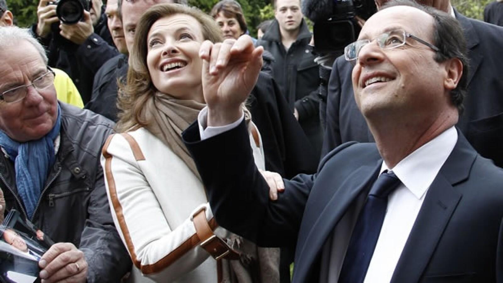 Francois Hollande sale de las urnas