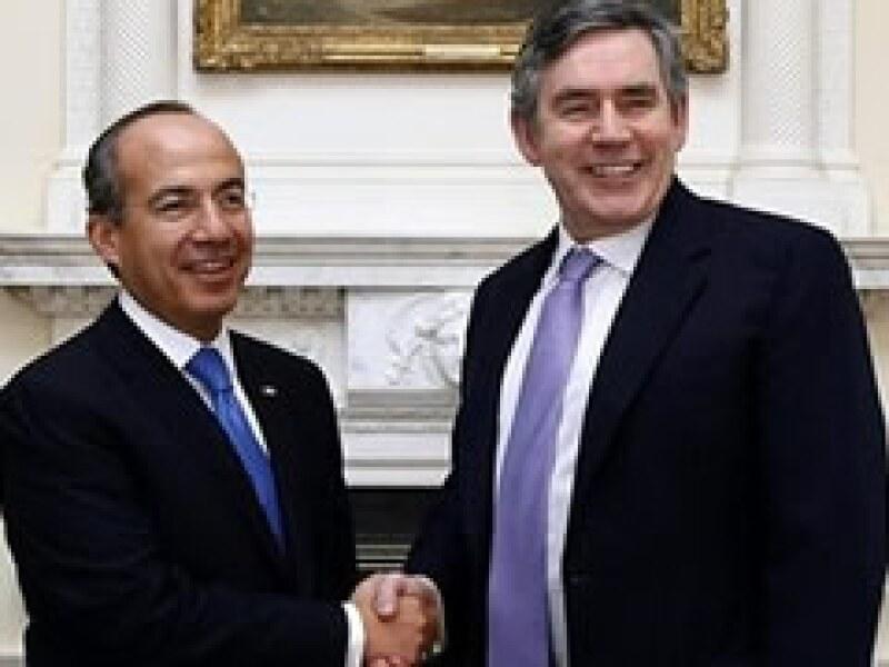 El presidente Felipe Calderón (izq) se reunió este lunes con el premier británico, Gordon Brown, anfitrión de la cumbre del G20. (Foto: AP)