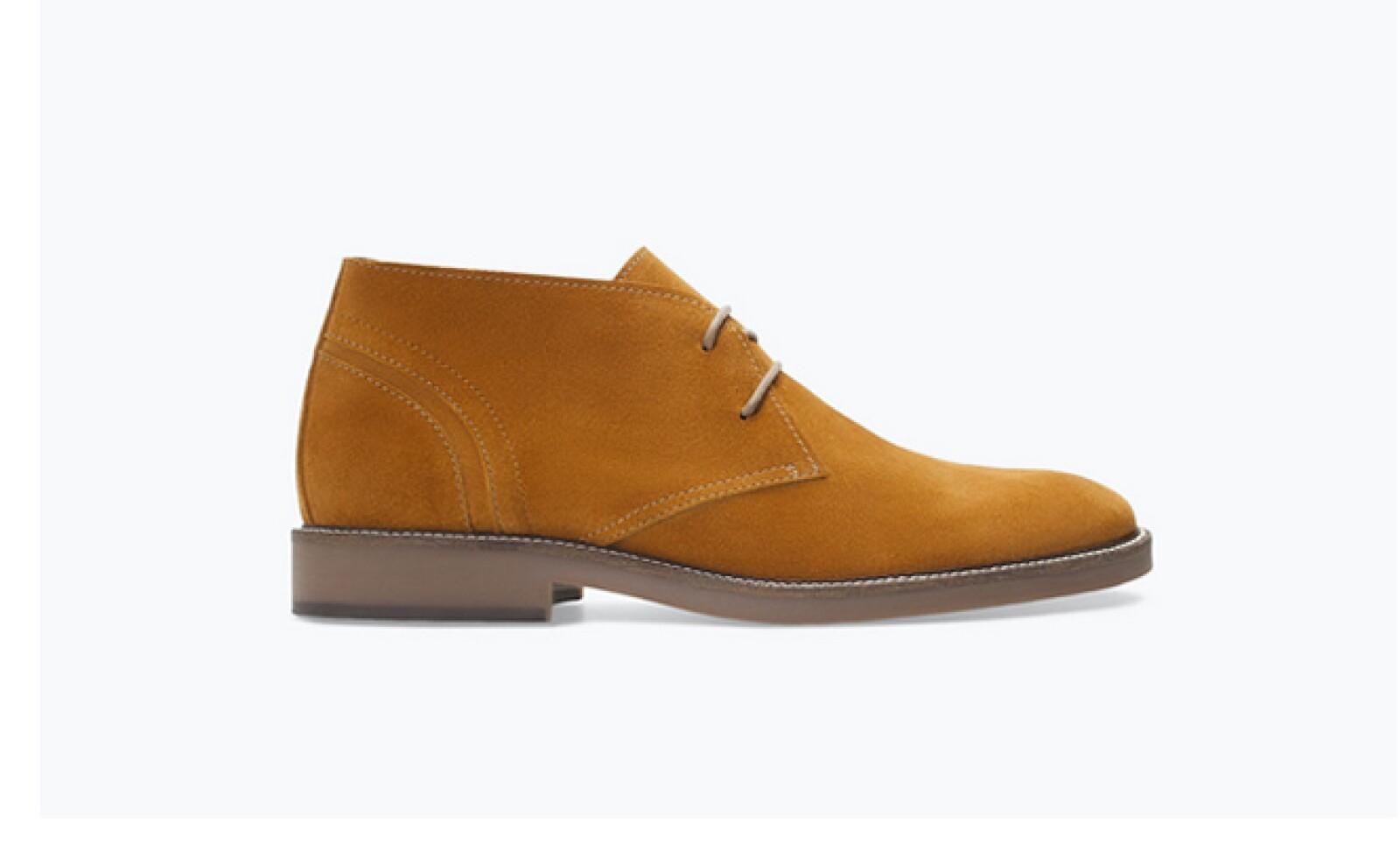 Mocasines de ante y cordones en color marrón dan un toque elegante a los pasos.