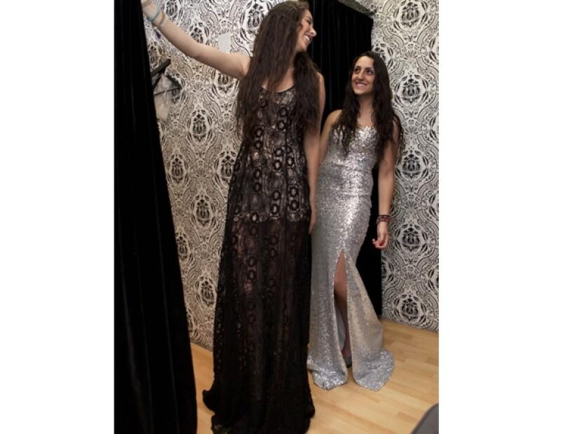 Pola Saadia y Alicia Serur seleccionaron colores básicos para sus vestidos.