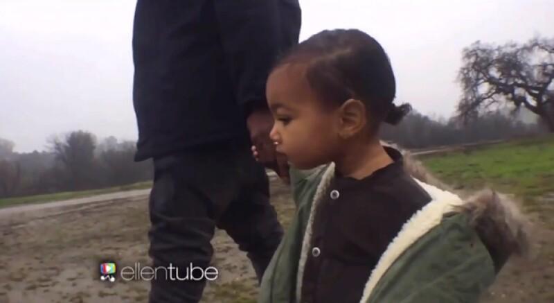 La pequeña North caminaba al lado de su padre, con quien al parecer combinó outfit.