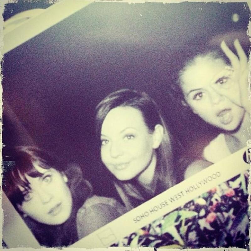 La cantante compartió en su cuenta de Instagram una foto donde aparece con la actriz y otra amiga divirtiéndose en el exclusivo club Soho House de Los Ángeles.