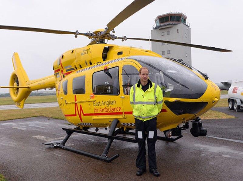 El miembro de la familia real inglesa iba a bordo de la ambulancia aérea que salvó la vida de una niña que terminó en medio de un choque.