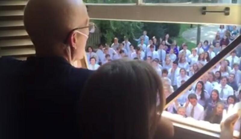 Si no tienes kleenex a la mano te recomendamos buscar uno, pues podrías llorar con el gesto que 400 alumnos tuvieron con su profesor enfermo de cáncer.