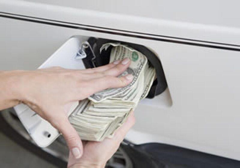 Los consumidores no son los que se beneficiarán por altos precios del crudo, tendrán que gastar más por el impacto que tendrá en el precio de la gasolina. (Foto: Photos to Go)