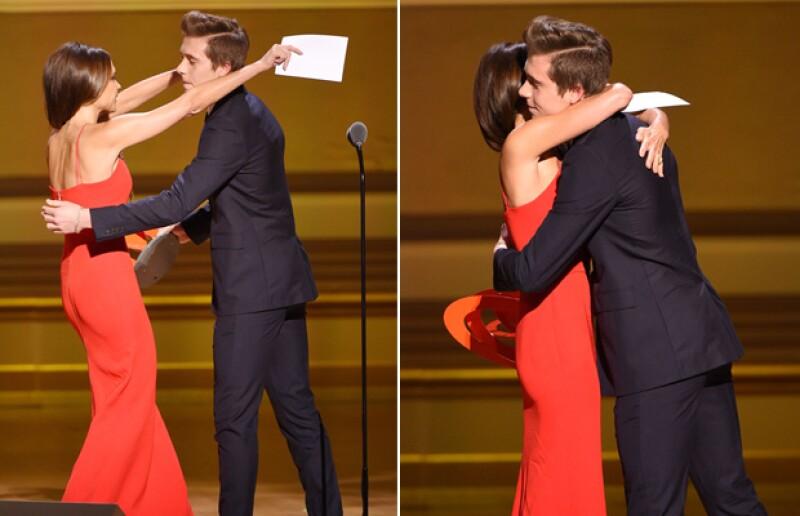 Madre e hijo se abrazaron tiernamente cuando éste anunció el premio para la diseñadora de modas y le dijo que la amaba.