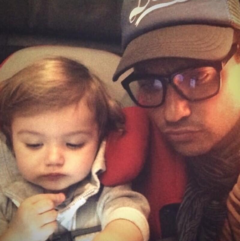 Elena con su papá en el vuelo rumbo a Campeche.