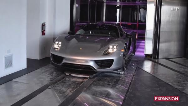 En estos departamentos, el Porsche se estaciona en la sala