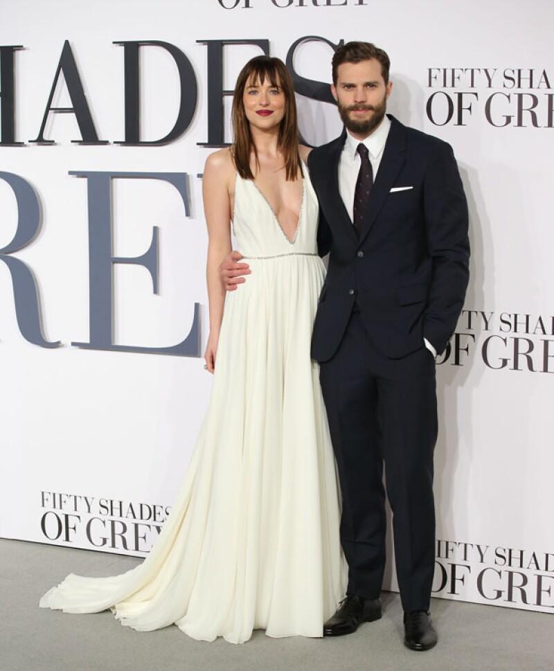 Dakota Johnson y Jamie Dornan engalanaron la gray carpet de la premiere de 50 Sahdes of Grey en Londres.