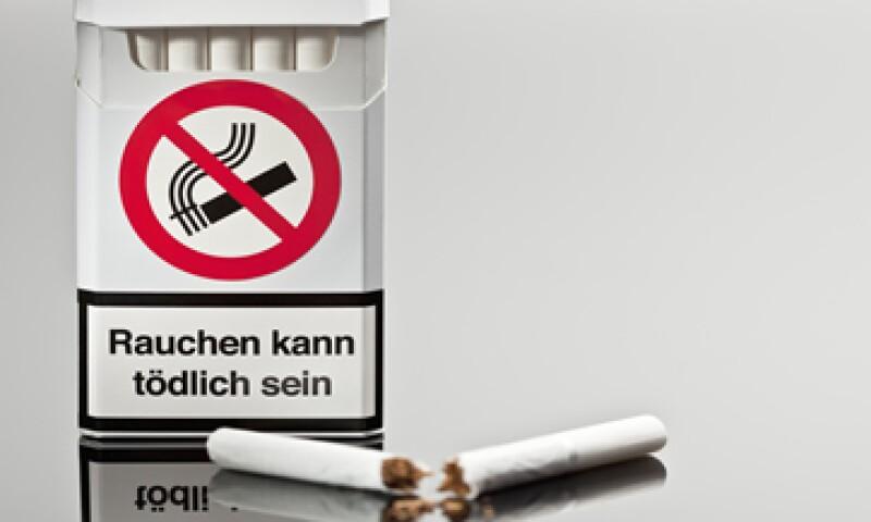La actual legislación europea dice que las advertencias sobre el riesgo para la salud en la parte frontal de la cajetilla deben cubrir al menos el 30% de las mismas. (Foto: Getty Images)