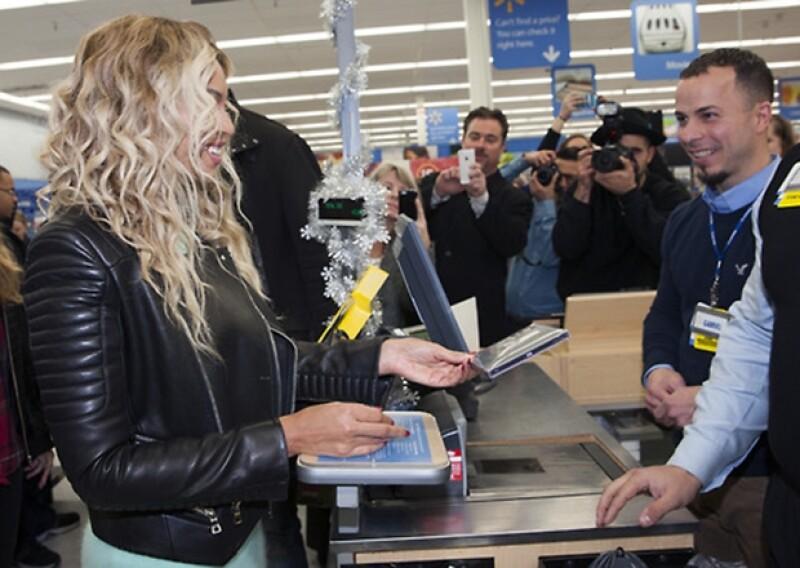 Beyoncé acudió a la caja de Walmart a pagar su nuevo disco.